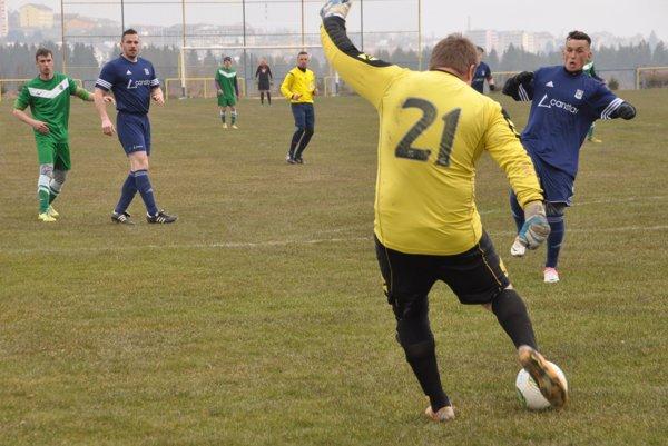 Duel Vavrečky (v modrých dresoch) a Oravskej Polhory priniesol jasné víťazstvo domácich.