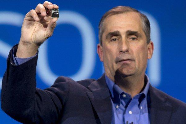 CEO spoločnosti Intel Brian Krzanich drží Edison, dvojjadrový počítač veľkosti SD karty počas príhovoru na Medzinárodnom veľtrhu Consumer Electronics Show v Las Vegas.