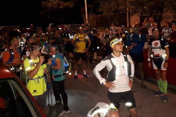 Bežci podujatia 100 míľ krajom Malých Karpát začínali o desiatej večer.