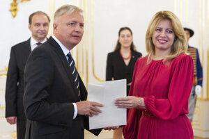 Dezignovaný veľvyslanec v Spojených arabských emirátoch Michal Kováč počas odovzdávania poverovacích listín prezidentkou Zuzanou Čaputovou.