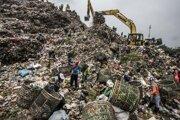 Jakarta, február 2016. Bantar Gebang rozprestierajúci sa na ploche 110 hektárov je pravdepodobne najväčšou skládkou odpadu na svete. Každý deň prijme 6 000 ton odpadu z Jakarty. Žijú tu a pracujú tisíce rodín, aby triedili smeti a následne predávali plastový, textilný, papierový, kovový a iný odpad na recykláciu.  Bantar Gebang už mali zavrieť, pretože začína byť príliš vysoký a existuje riziko, že sa zrúti. Mesto Jakarta však nedokáže nájsť iné miesto a v meste neexistujú žiadne spaľovne.