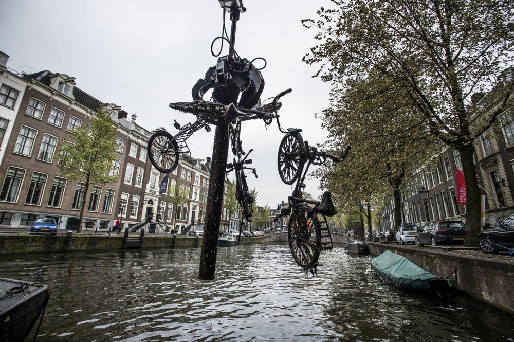Amsterdam, apríl 2017. Špeciálna loď čistí kanály od bicyklov, pričom každoročne ich vyloví približne 20 000. Neraz sa tam nájdu aj trezory, ktoré zlodeji po vyprázdnení hodia do kanála.