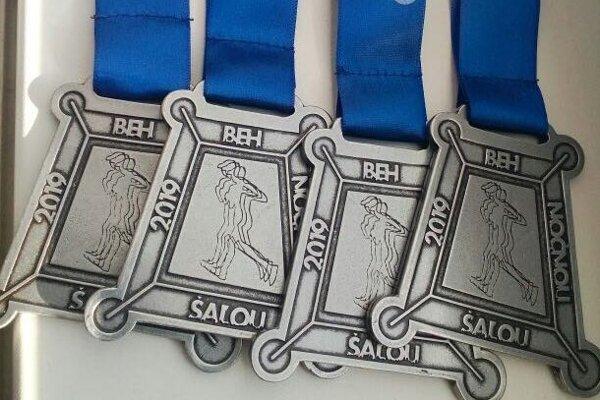 Na účastníkov behu čakajú pekné pamätné medaily.