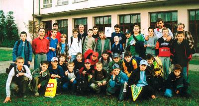 účastníci turnaja mladších žiakov pred školou v brusne. vpravo v hornom rade anton jánoš a viera krakovská.