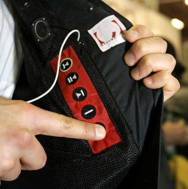 foto - reuters: tlačidlá na ovládanie ipodov môžete už nájsť i na popruhoch športových vakov, či dokonca na saku.