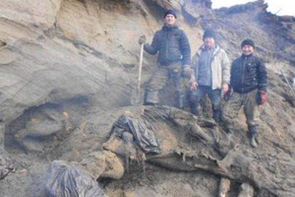 Ruskí paleontológovia stoja pri pozostatkoch mamuta Žeňu, ktorý dostal meno po chlapcovi, čo ho objavil.