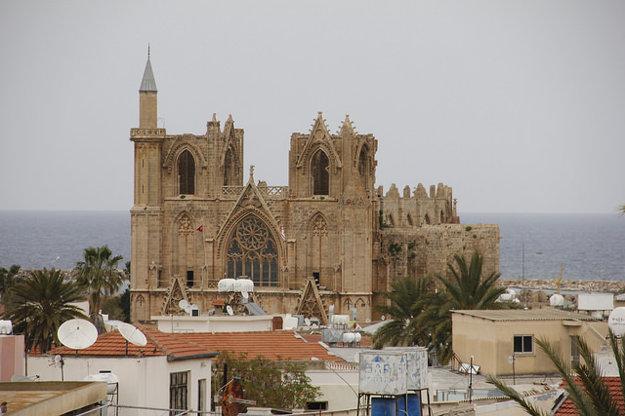 Famagusta. Z gotickej katedrály sv. Mikuláša sa stala mešita.