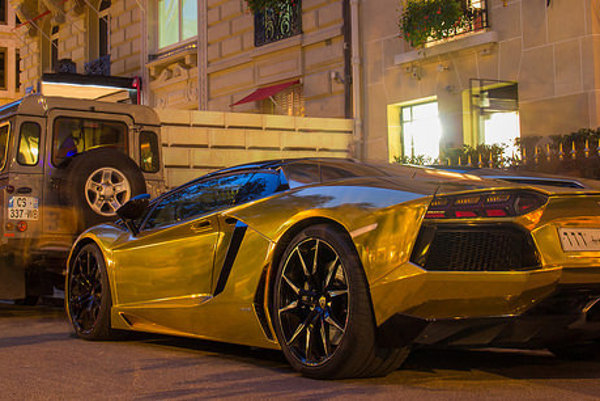 Zlaté superautá v uliciach Londýna každoročne priťahujú pozornosť.