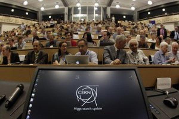 Oznámenie o objave novej častice sledoval naživo aj dojatý Peter Higgs. V Bratislave objav vysvetľoval Branislav Sitár.