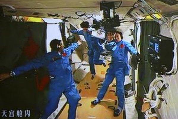 Trojica taikonautov vrátane prvej Číňanky prešla do vesmírnej stanice.