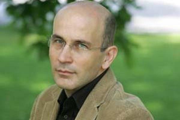 Prof. RNDr. Ľubomír Tomáška, DrSc. (1966) vyštudoval genetiku a molekulárnu biológiu, absolvoval študijné pobyty na Cornell University či University of North Carolina Chapell Hill. Je vedúcim Katedry genetiky Prírodovedeckej fakulty UK, venuje sa štúdiu m