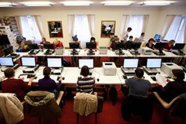 Do zborovní a kabinetov treba počítače.