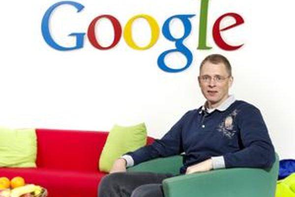 Google v roku 2004 oslovil dánskeho informatika LARSA BAKA zo Sun Microsystems s úlohou vytvoriť jadro pre svoj nový prehliadač. Lars sa v tom čase staral o svoju mladú rodinu a nechcel sa sťahovať do USA, a preto Google založil detašované pracovisko na j