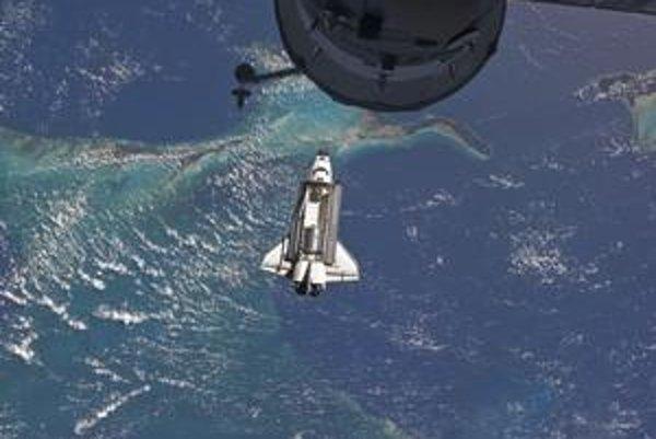Včera sa raketoplán Atlantis odpojil od Medzinárodnej vesmírnej stanice ISS. Na Floride by mal pristáť vo štvrtok naobed.