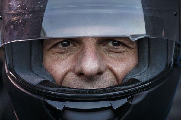 Bývalý grécky minister financií Varoufakis. Teraz sa stal hrdinom politického thrilleru, ktorý nakrútil Costa-Gavras.