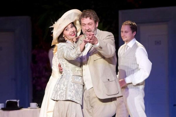 Minuloroční laureáti Svetlana Sarvašová a Michal Ďuriš vo víťaznej Charleyho tete. V pozadí Daniel Výrostek.