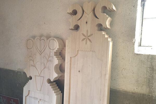 Na snímke dve repliky tradičných drevených náhrobníkov z dediny Polichno v okrese Lučenec, ktoré vyrezali rezbári Róbert Findra z Málinca a Lukáš Ľalík z Hriňovej.