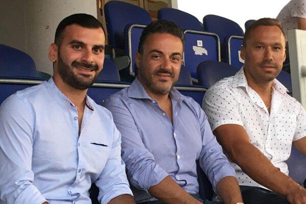 Zľava Daniele di Napoli, Giacomo Laurino (skauti talianskeho SPAL Ferrara) a Juraj Koprda (športový riaditeľ FC ViOn) pred duelom Zlaté Moravce - Ružomberok (4:2).