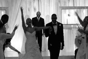 Prominentný pár Beyoncé a Jay-Z sa zosobášili v roku 2008. Speváčka mala na sebe šaty, ktoré navrhla jej mama Tina Knowles.