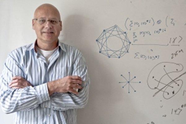 Prof. RNDr. Vladimír Bužek, DrSc. (1957) vyštudoval Fyzikálnu fakultu Moskovskej štátnej univerzity. Pracuje vo Fyzikálnom ústave SAV, kde vybudoval a vedie Centrum na výskum kvantovej informácie. V prvej polovici 90. rokov sa stal najmladším slovenským p