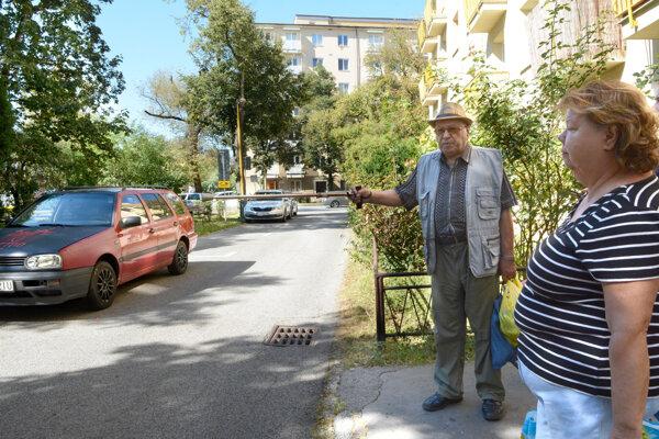 Obyvatelia Rastislavovej ulice dostali nemilý odkaz. Majiteľ pozemkov im chce znemožniť prejazd vo vnútroblokovej ceste.