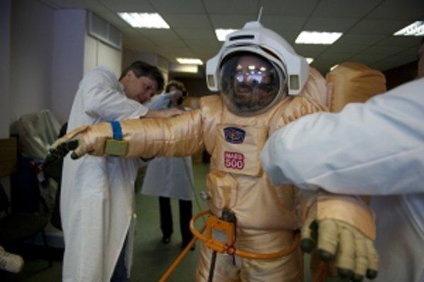 V takýchto skafandroch sa prešli účastníci experimentu Mars 500 po červenej planéte.