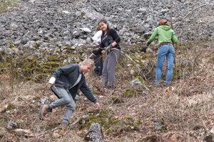 V Bielych Karpatoch napríklad v rámci občianskeho združenia Pre Prírodu čistí lúky od náletových drevín.