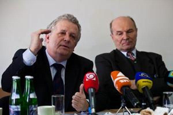 Šéf akadémie vied Jaromír Pastorek (vľavo) varuje pred katastrofou.