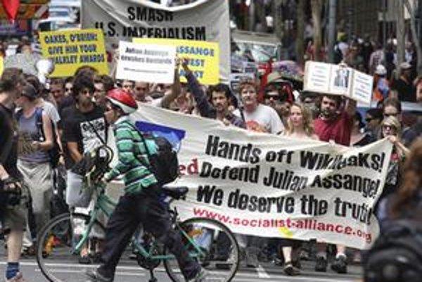 Ľudia v Brisbane protestujú proti zadržaniu Assangeho.