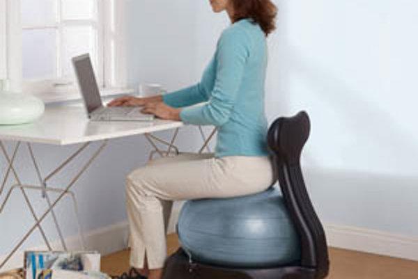 """Na trhu sa môžeme stretnúť aj s alternatívnymi riešeniami, ktoré prinášajú nový spôsob sedenia. Okrem fitlopty sú čoraz bežnejšie aj takzvané """"kľakadlá"""". V oboch prípadoch však chýba opora, preto nie sú určené na dlhodobé sedenie."""