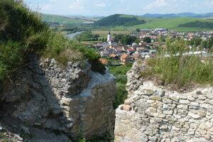 Na snímke pohľad na obec Plaveč z hradu Plaveč.