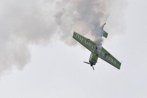 Zoltán Veres ozvláštnil svoje akrobatické vystúpenie vypúšťaním dymov.