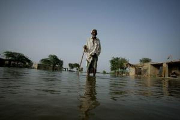 V Pakistane pripravili povodne o domovy milióny ľudí.