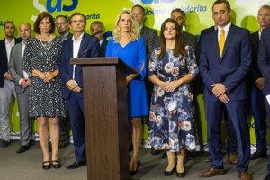Na snímke poslanci NR SR za SaS v prednom rade zľava Renáta Kaščáková, Ľubomír Galko, Jana Kiššová, Natália Blahová a Jozef Rajtár spolu s členmi strany počas tlačovej konferencie k reakcii na mimoriadny kongres strany Sloboda a Solidarita.