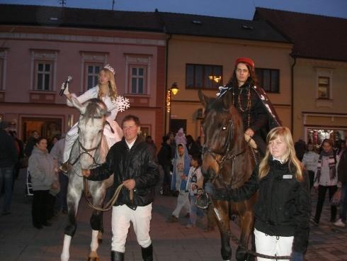 snehová kráľovná s princom pricváľali na koňoch.