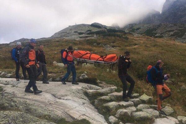 Záchranári dôchodkyňu nabalili a pomocou nosidiel pozemne transportovali k Rainerovej chate