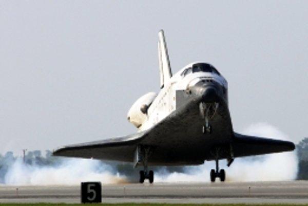 Druhý pokus o pristátie bol pre americký raketoplán úspešný.