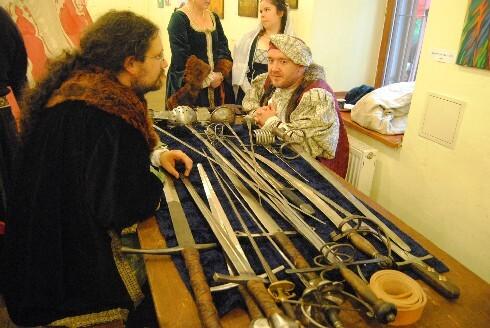 šermiari, ktorí divákom prednášali o historických zbraniach.