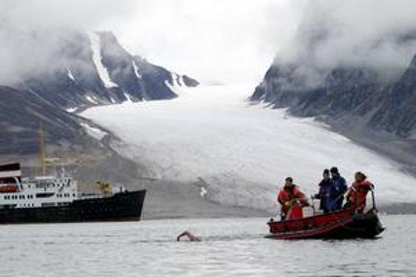 Špicbergy. Vedci tam zaznamenali stovky lokalít, kde uniká metán. Britský otužilec Lewis Gordon Pugh tu dosiahol rekord v plávaní v arktických vodách.