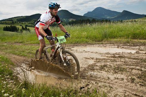 plno blata, plno starostí v pozadí s chočom.