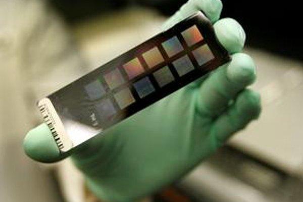 Rámček na diapozitívy? Nie, ide o DNA pripravenú na analýzu. Mapovanie genómu sa stáva účinnou zbraňou v boji proti rakovine.