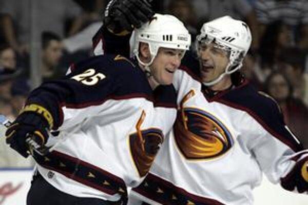 Peter Bondra (vpravo) tiež patril k elitnej generácii,narodenej začiatkom roka. V NHL dokázal počas svojej dlhej kariéry streliť 500 gólov.
