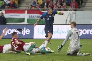 Marek Hamšík dole zľava hráči Maďarska, Bolond Baráth, Willi Orban a brankár Péter Gulácsi v zápase kvalifikácie EURO 2020 Maďarsko – Slovensko.