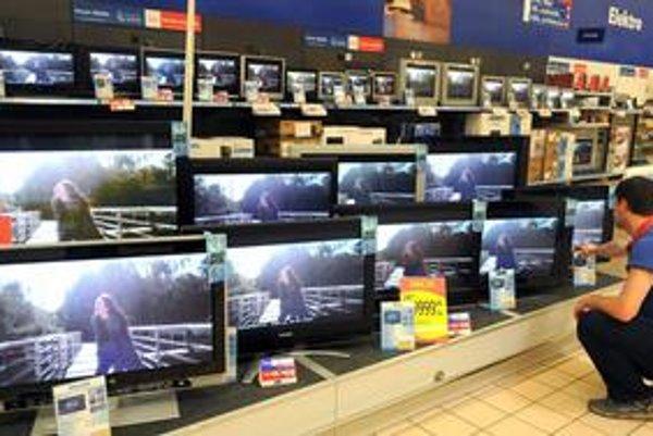 Ľudia radšej vycestujú za nákupom elektroniky, akoby mali platiť viac pre nový poplatok, tvrdia kritici novely zákona o odpadoch.