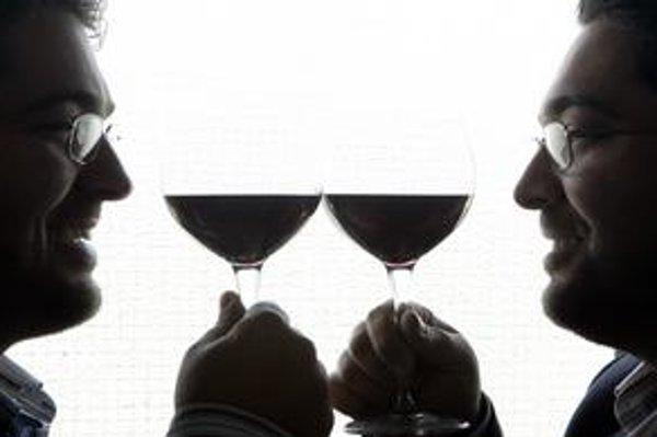 Aj keď si pripíjame na zdravie, neplatí to, potvrdila správa Francúzskeho onkologického ústavu. Na snímke talianske dvojičky - vinári.