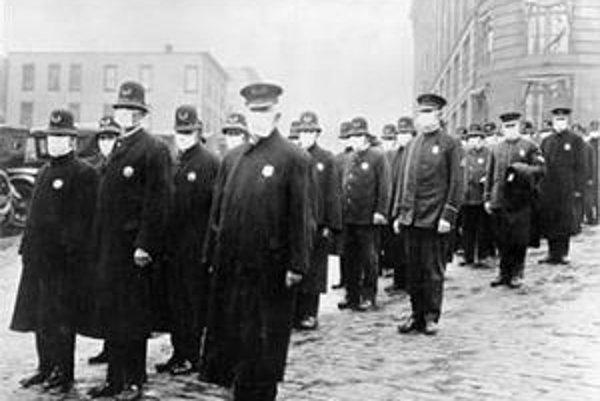 Policajti v americkom Seattli sa chránia maskami, ktoré im pridelil Červený kríž, počas pandémie v roku 1918.