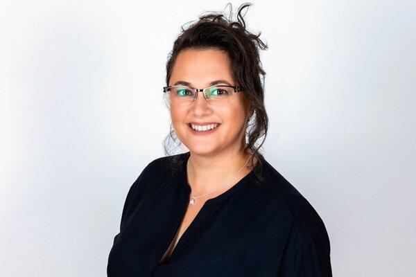 Monika Siváková (42), učiteľka dejepisu, aplikovanej ekonómie a občianskej náuky na Gymnáziu V. B. Nedožerského v Prievidzi.