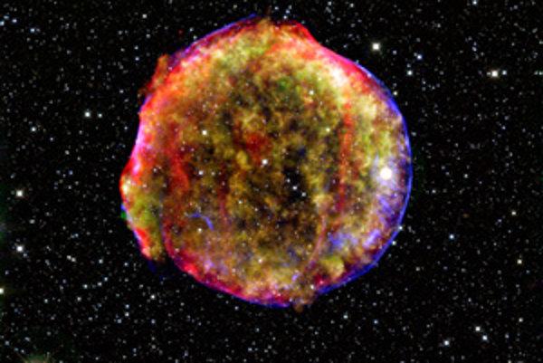 Expandujúci zvyšok Tychovej hviezdy a  útvary medzihviezdneho prachu so svetelným echom Tychovej hviezdy (pod článkom).