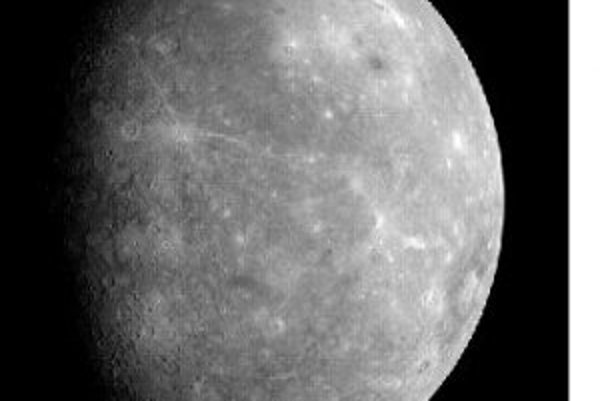 Snímka Merkúra, na ktorej prvý raz vidno celú panvu Caloris (v krúžku).