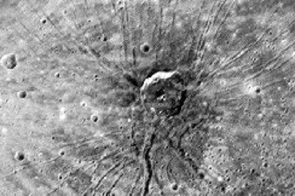 Nič podobné ako Pavúk nepoznáme na Mesiaci, ktorý povrchovo najviac pripomína Merkúr. Vovnútri sú však obe telesá odlišné, pretože Merkúr je podstatne hustejší a má rovnako ako Zem rozsiahle kovové jadro. Foto - NASA/Johns Hopkins University Applied Physi